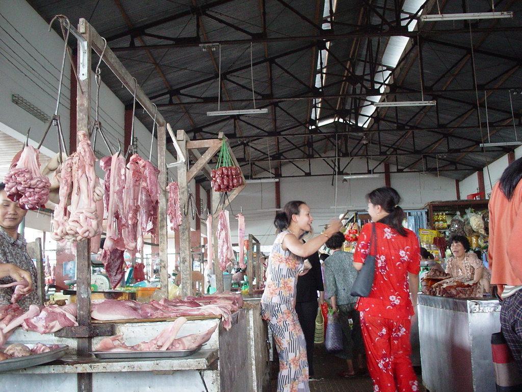 市場の肉屋コーナーにて