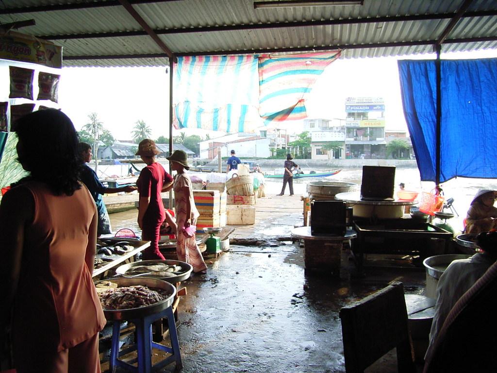 Lachの市場から川を眺める