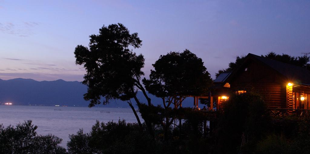 湖辺のカフェ