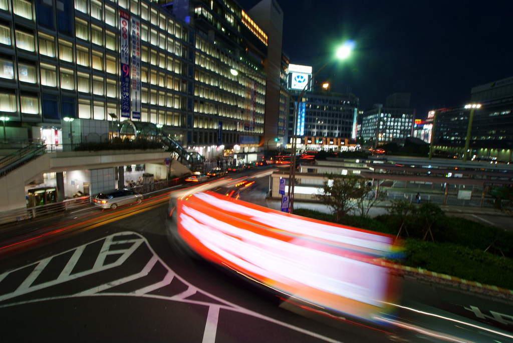 新宿駅前を光が通る