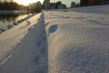 夕日を映す川と雪