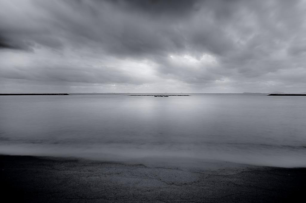 静かな海と荒れる空