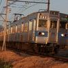 夕日を浴びて走る秩父鉄道