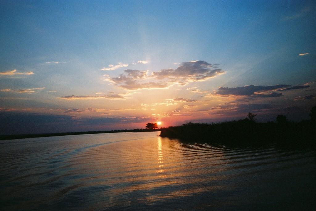 チョベ川に沈む夕日(アフリカ)