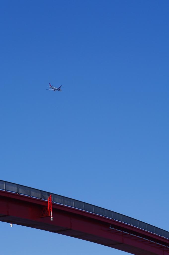 赤い橋と飛行機