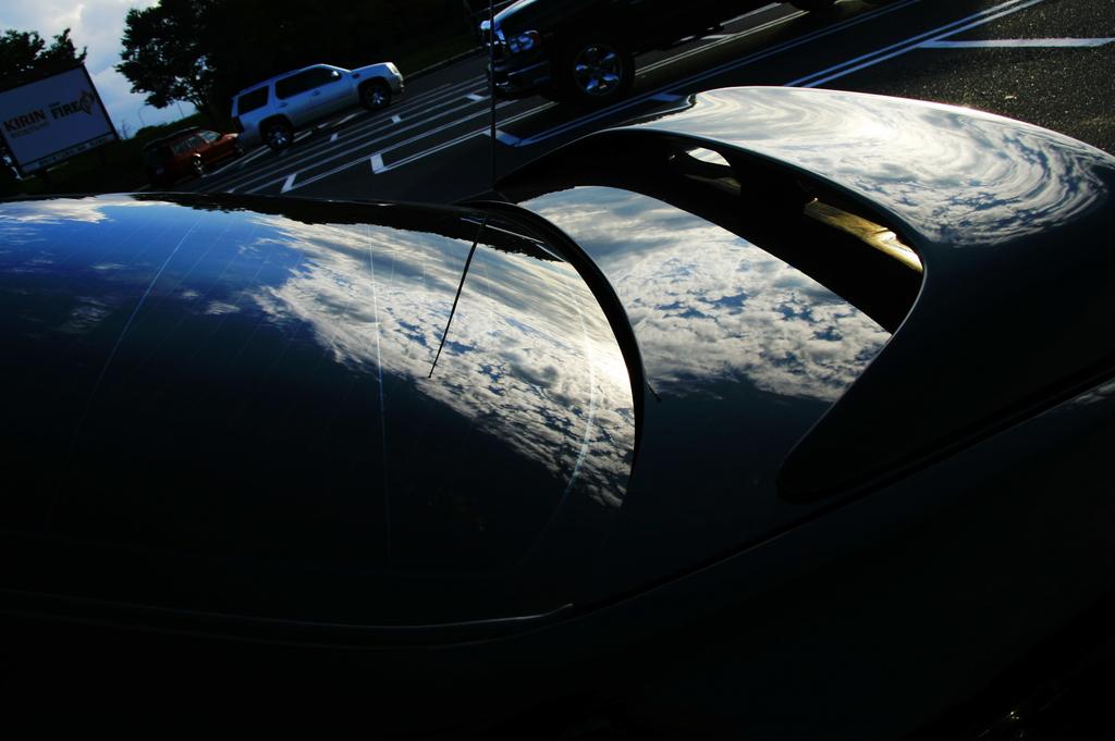 車にうつる空