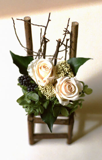白いバラのイスのアレンジ