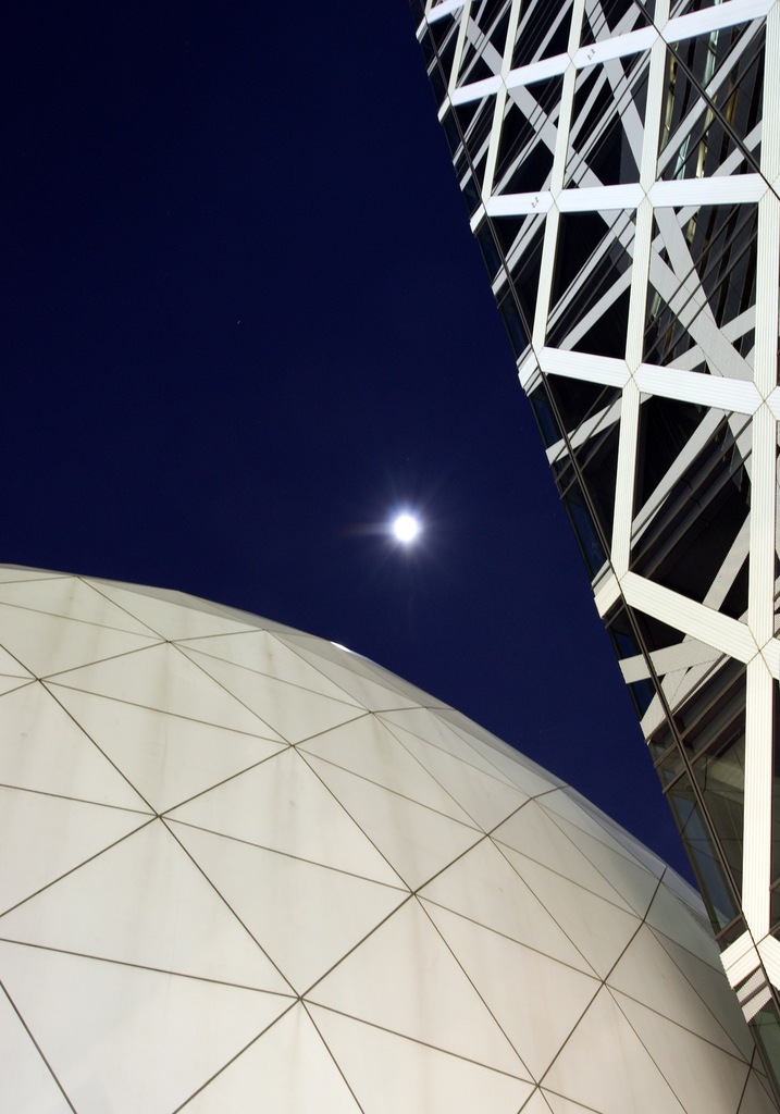 月と球体ホールとコクーンタワー