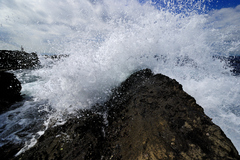 砕け散る波