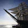 逆光の帆船