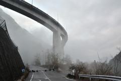 雲に包まれる橋