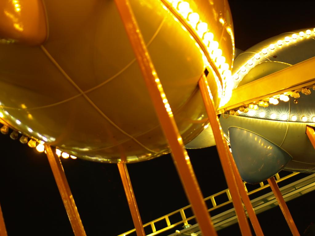 夜に羽ばたく飛行船