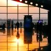 朝焼けの空港ターミナル