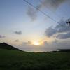 草原と朝日と電柱