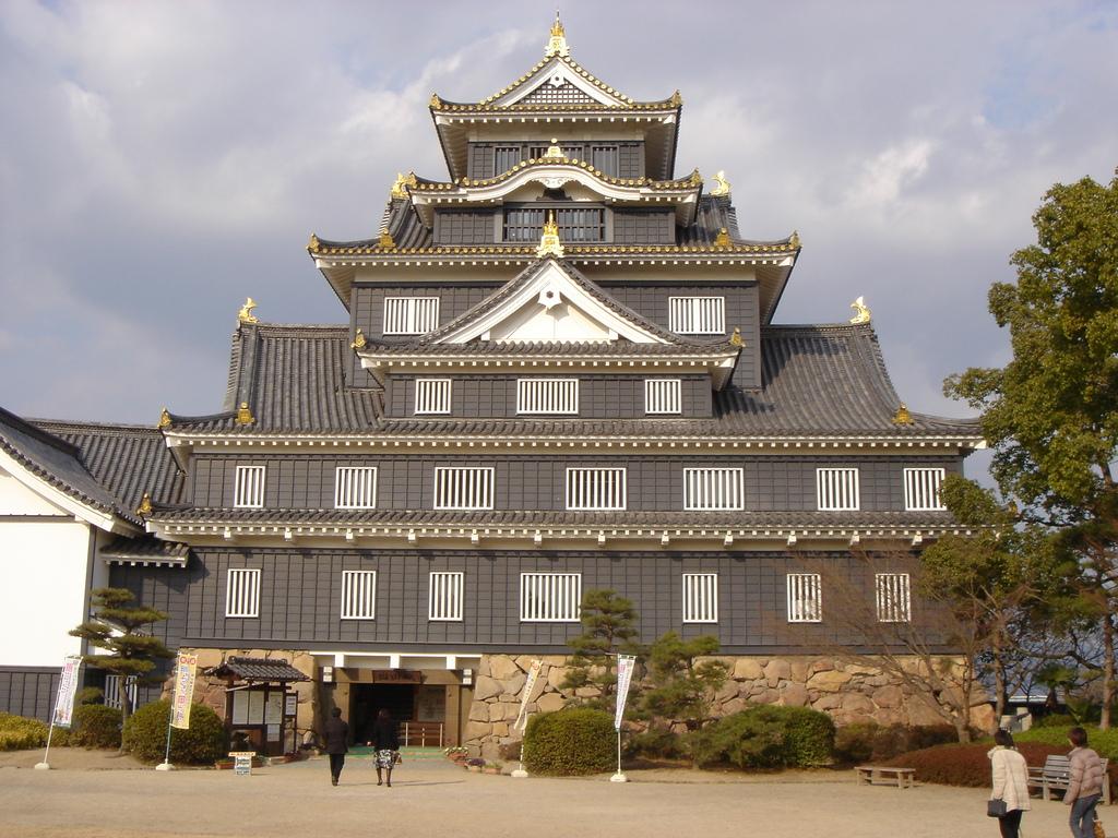 入場手前の岡山城