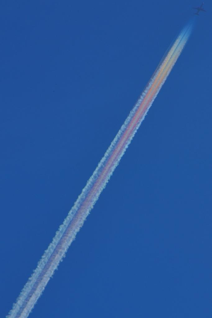 飛行機雲虹色