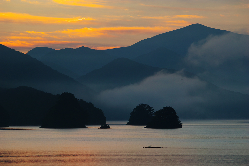 朝焼けの秋元湖