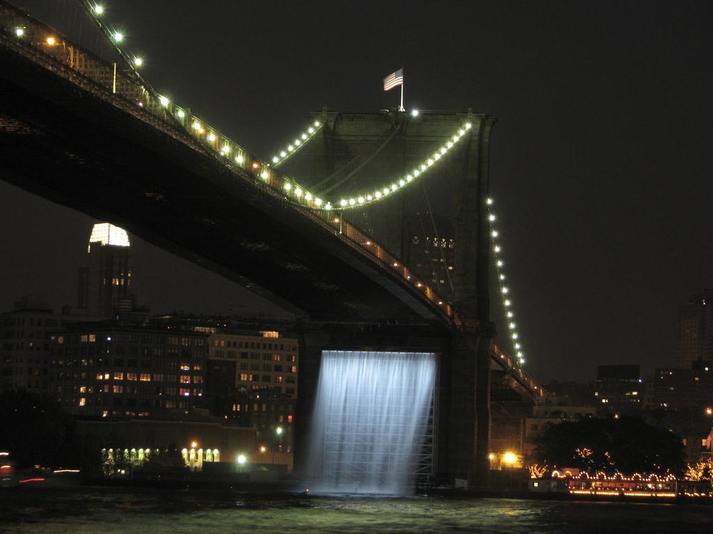橋から滝?