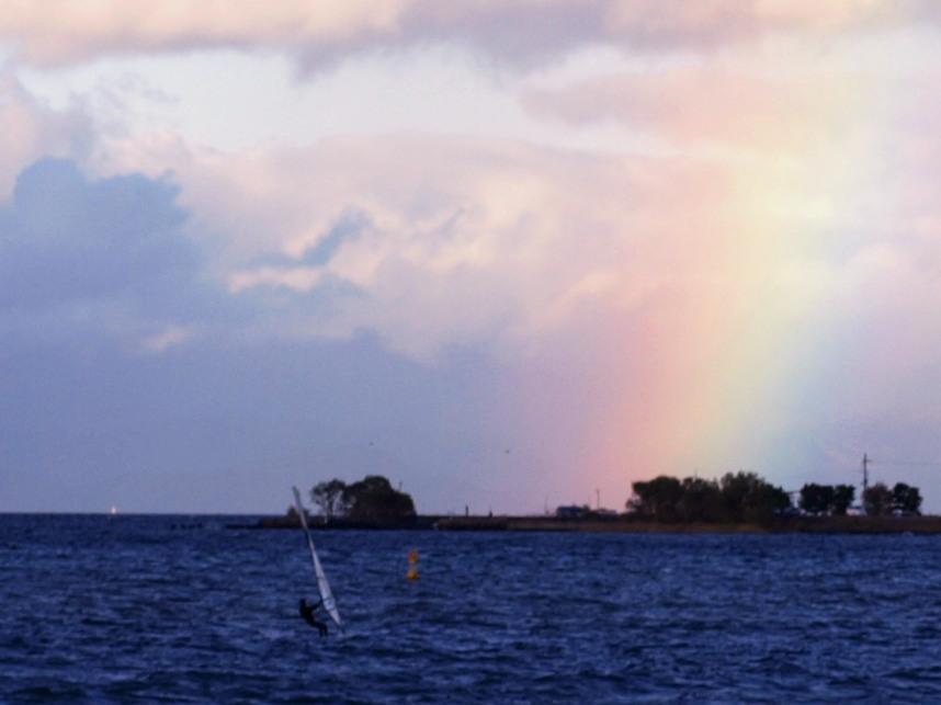 虹に向かうサーファー