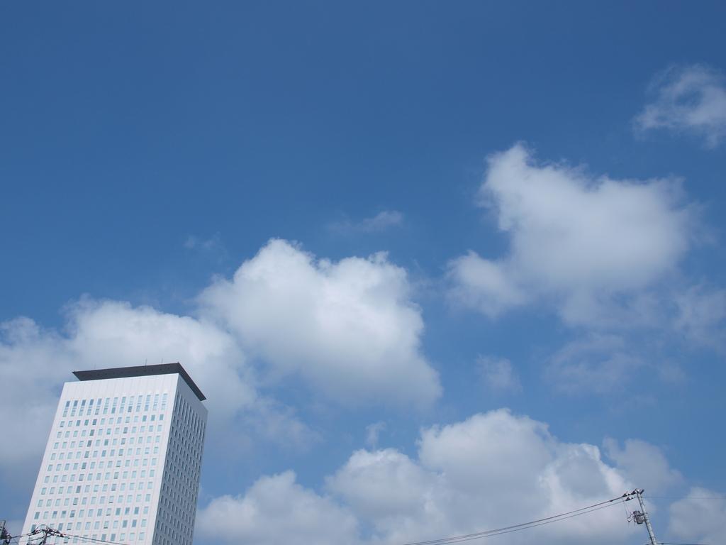 モコモコ雲と建物