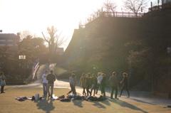 公園で遊んでる外人たち