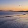 朝焼けの海辺