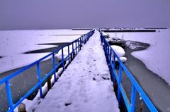 誘う雪景の釣り桟橋