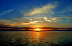 琵琶湖の向こうから陽が昇る