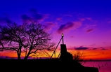 小さな灯台の夜明け