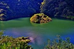 ダム湖浮島