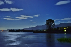 月下の琵琶湖