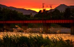 夕暮れの川辺