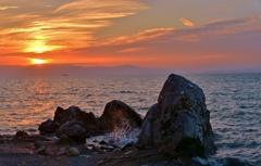 烏帽子岩の向こうに日が沈む