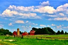 白い雲と赤い農場の家