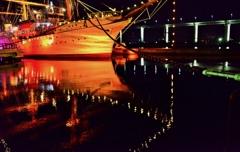 夜映る帆船海王丸