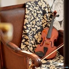 無造作に置かれたバイオリンの音を聴きますか?