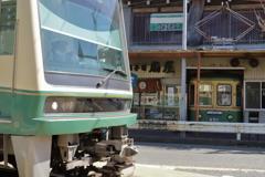 引退車の前を(江ノ電)