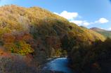 渓谷を吹き抜ける秋風