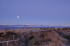 満月、高原の朝