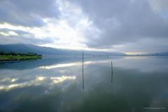 空を写す湖面