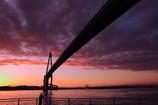 夕焼けに架かる新湊大橋