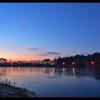 畔にて日の出を待つ