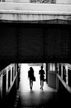 橋の下の二人連れ