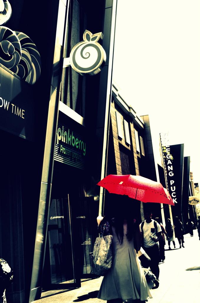 赤い日傘の彼女