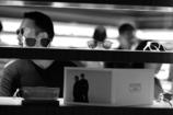 Man to choose glasses・・・メガネを選ぶ男