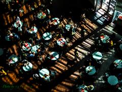 光の中のカフェ。。