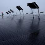 大桟橋と赤い傘