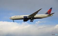 「良い空~」 DELTA 777-232 N710DN着陸