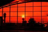 赤い夕日の空港