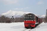 赤い貨物列車と駒ヶ岳